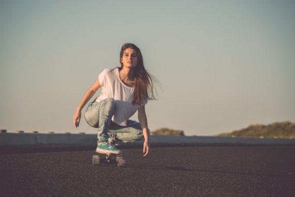 スケボーに乗る女性