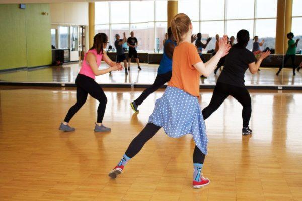 ダンスを習う女性