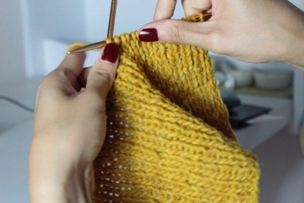 編み物をしている女性