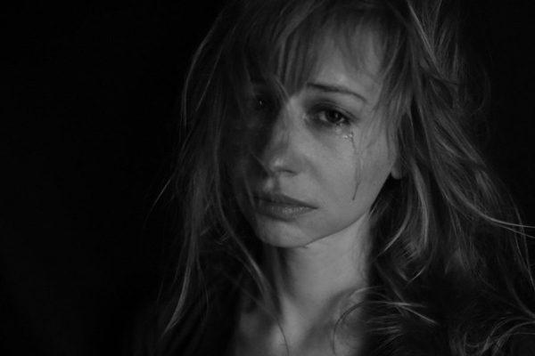 涙を流している画像