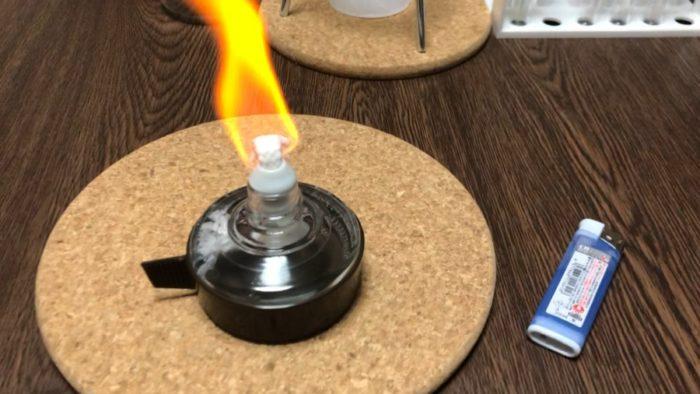 アルコールランプを燃やしている